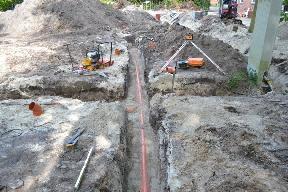 13_Entwässerungsrohre mit dem Laser vermessen und in Füllsand