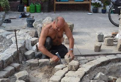 Traditionell - Stein für Stein mit dem Hämmerchen gesetzt.